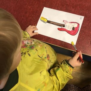 En gutt som maler. Foto