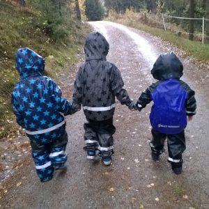 Tre gutter på tur. Foto