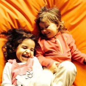 To jenter i en saccosekk. Foto