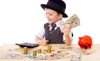 Liten gutt som teller penger. Foto